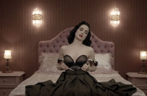 Сластната Dita Von Teese възбужда с голота и глас в Disintegration на Monarchy (Видео)